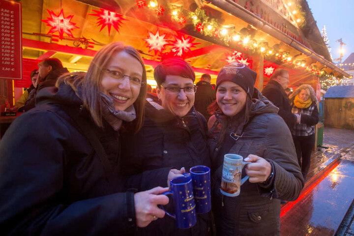 Kristin (36), Jacqueline (38) und Sindy (34) testen den Glühwein aus der Chemnitzer Jubiläumstasse.