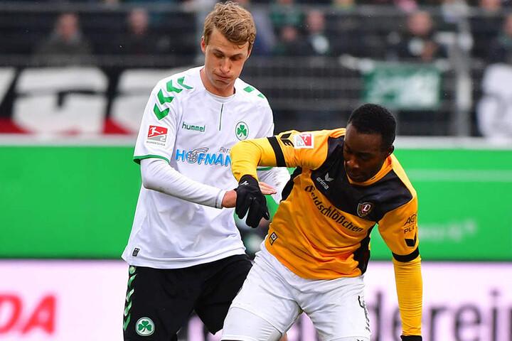 Fürth Lukas Gugganig (links) mit Erich Berko im Zweikampf.