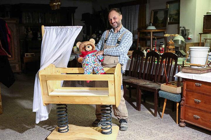 """Eia, popeia! Tischlermeister Fred Wollmann (53) mit seiner """"selbstbewegenden"""" Babywiege."""