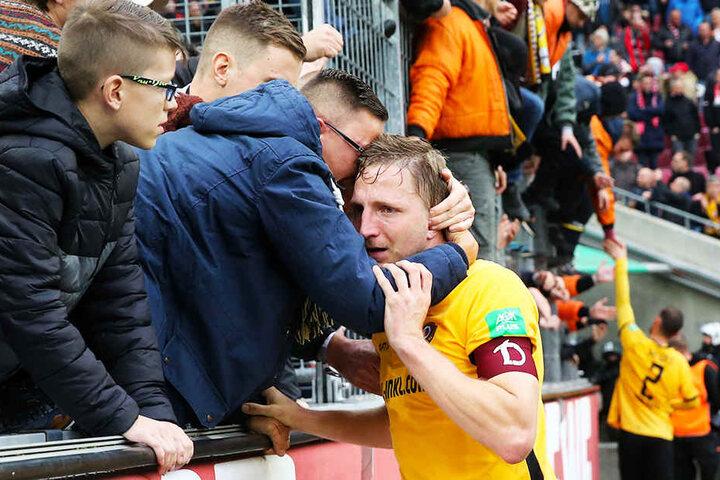 Dynamo-Kapitän Marco Hartmann wurde von den Fans in den Arm genommen und getröstet.