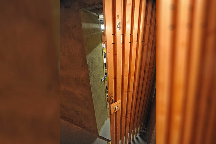 Problemfall Keller: Holztür und Vorhängeschloss halten Täter keinesfalls vom schnellen Einbruch ab.