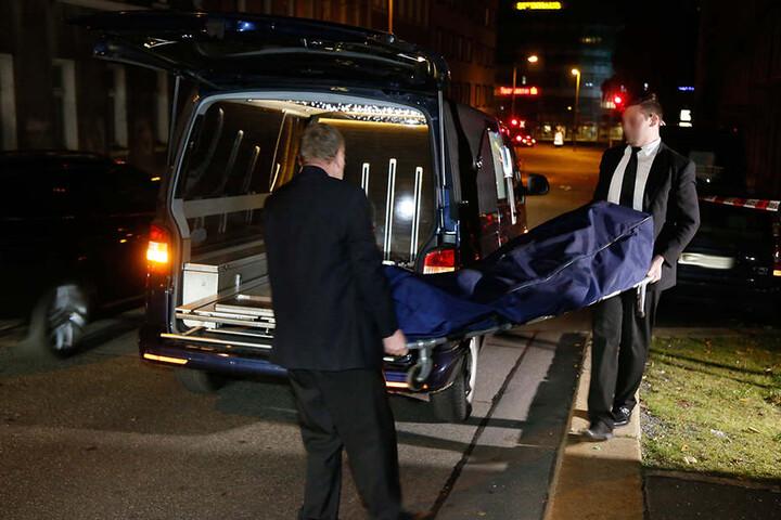 November 2016: Bestatter brachten die Leiche der ermordeten Prostituierten in die Gerichtsmedizin.