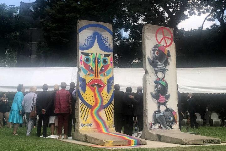 Zahlreiche Gäste kamen zur Enthüllung der beiden Mauerstücke in den Garten der deutschen Botschaft in Bangkok.