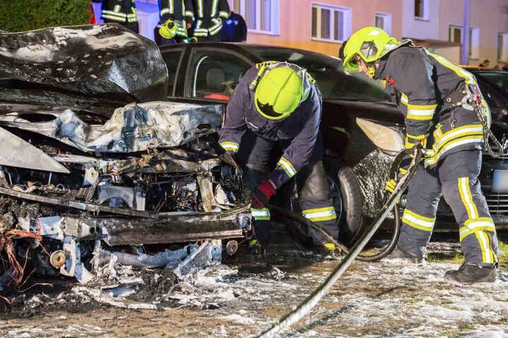 Die Feuerwehrmänner konnten leider nicht verhindern, dass der Motorraum des Hondas vollständig ausbrannte.
