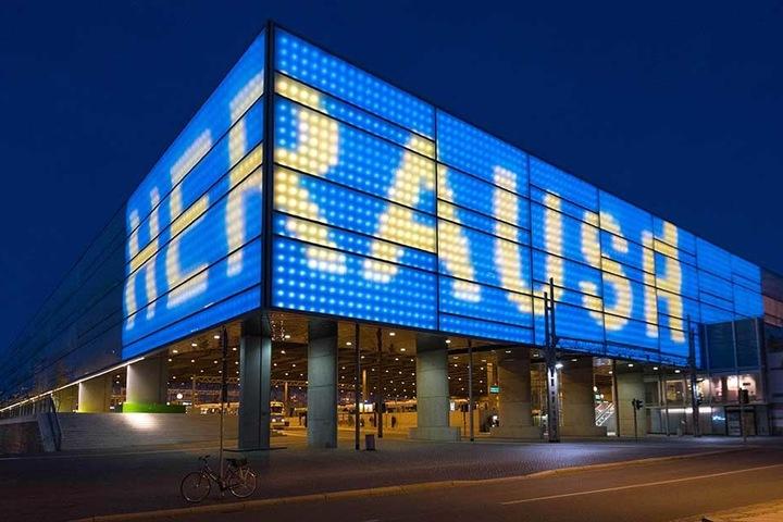 Schriftzug und Fassade wechseln die Farben zwischen Blau und Gelb.