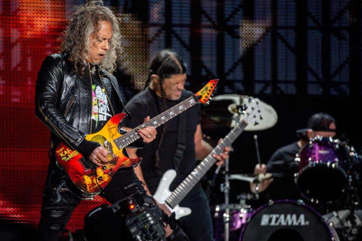 Kirk Hammet (l) und Robert Trujillo, Mitglieder der US-amerikanischen Metalband Metallica, bei einem Auftritt in Madrid.