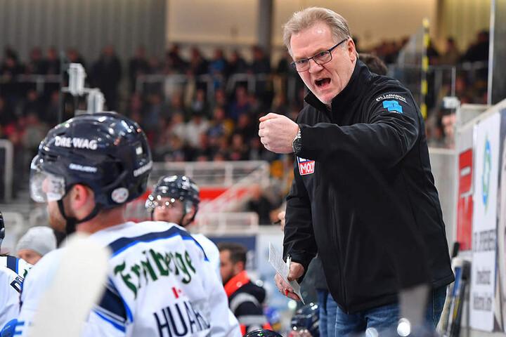 Eislöwen-Trainer Franz Steer ballt die Faust.