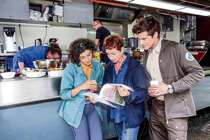 In der Drehpause besprechen sich Liza Tzschirner (30, l.) und Philipp Danne (33) mit Produzentin Gabriela Brenner.