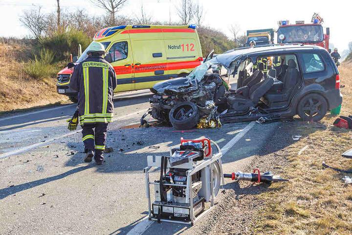 Der VW-Fahrer wurde in seinem Fahrzeug eingeklemmt und musste von der Feuerwehr befreit werden.