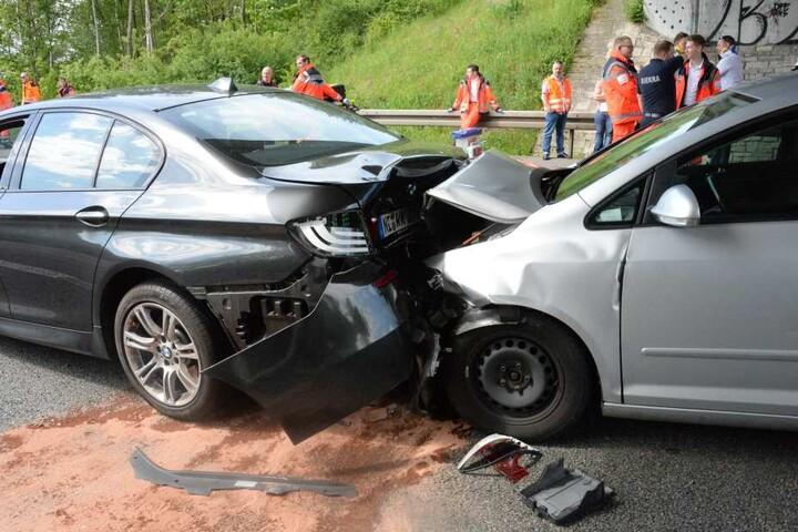 In den BMW wiederum krachte ein VW-Golf.