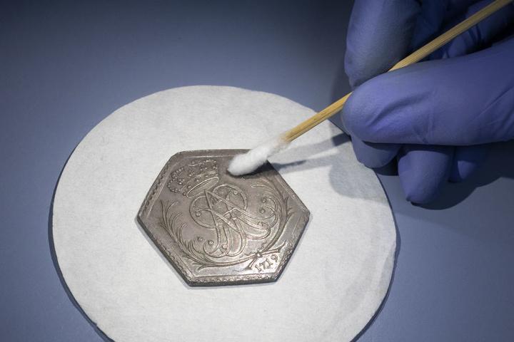 Eine der geschädigten Münzen.