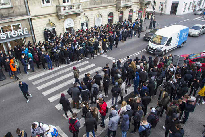 Stundenlang standen die Fans und Sneaker-Freunde vor dem Geschäft an.