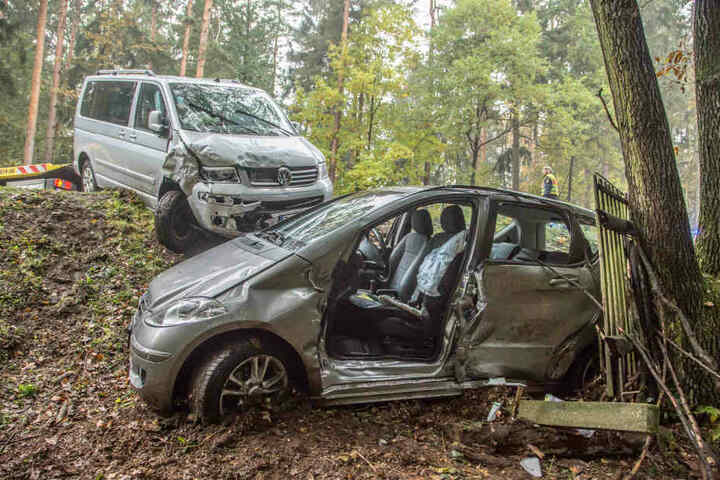 Der VW hat den Mercedes den Hang hinunter gestoßen.