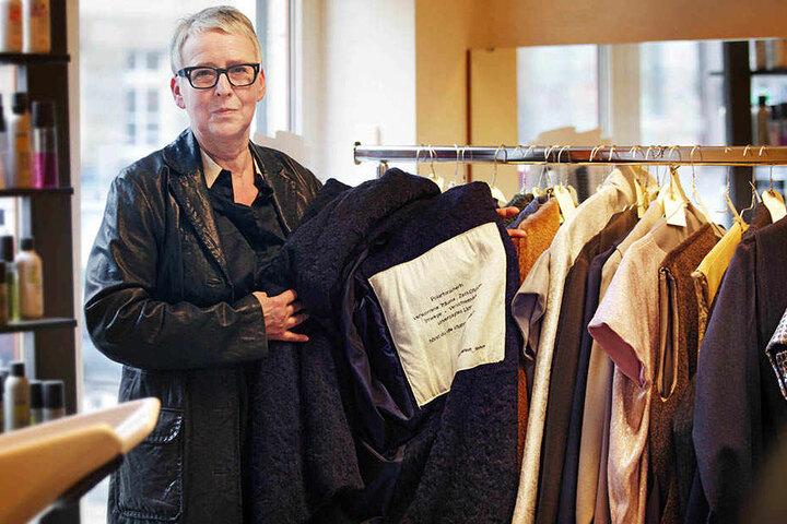 Mantel-Künstlerin Antonia Zahn-Weber zeigt das poetische Innenleben ihrer Mantel-Unikate.