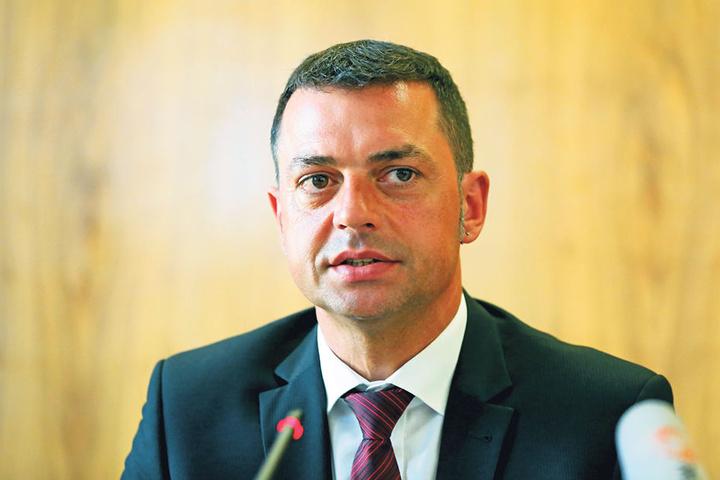 Der Bautzner Vize-Landrat Udo Witschas (45, CDU) gerät durch die NPD-Affäre  weiter in Bedrängnis. Noch hält die CDU zu ihm.