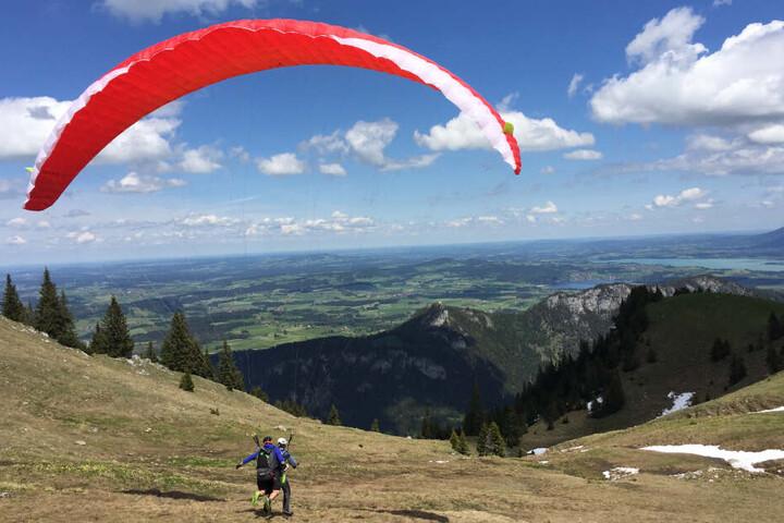 Ein Gleitschirm-Tandemflug startet bei perfektem Wetter vom Breitenberg.