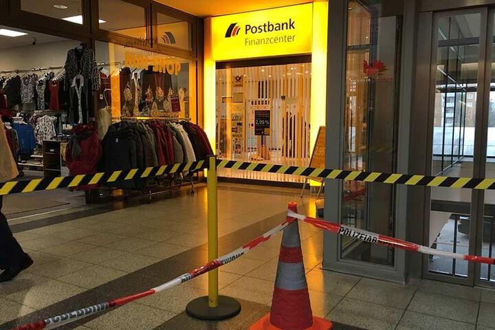 Die Post-Filiale wurde von zwei bewaffneten Männern überfallen.