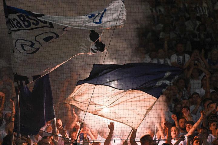 Berlins Anhänger brennen Pyrotechnik ab und legen sich mit den Hansa-Fans an.