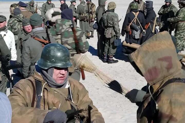 Wehrmacht, polnische Soldaten und Rote Armee gönnen sich eine gemeinsame Pause.