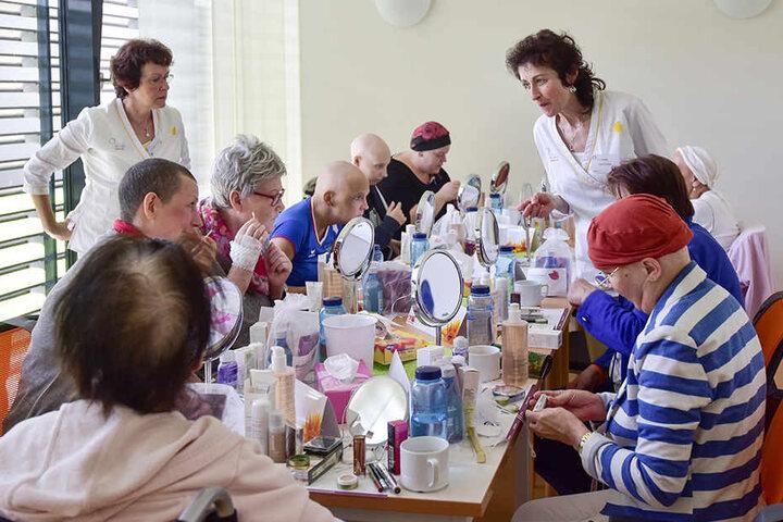 Stilberaterin Christina Gaudlitz (l.) und Kosmetikerin Katrin Seidel geben für Krebspatientinnen einen Kurs zum Wohlfühlen.