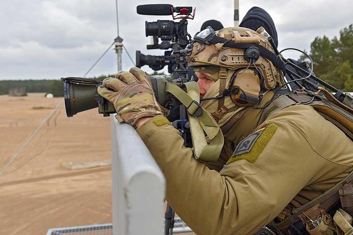 """Dieser Fliegerleitoffizier koordinierte mit den """"Tiger""""-Piloten die Ziele aus einigen Kilometer Entfernung. Erst wenn er das Feuer frei gibt, darf geschossen werden."""