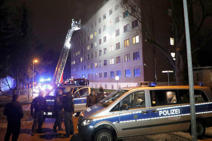 Beim Brand in einer Asylunterkunft in Chemnitz in der Straßburger Straße ist am Mittwochabend ein Mensch verletzt worden.