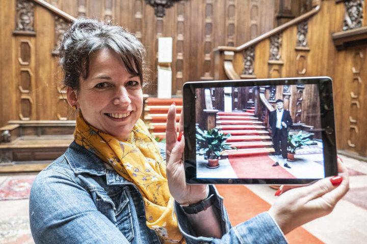 Huch, wo kommt der denn her? Anja Straube (48) erweckt mit ihrem Tablet den letzten Schlossherrn zum Leben.