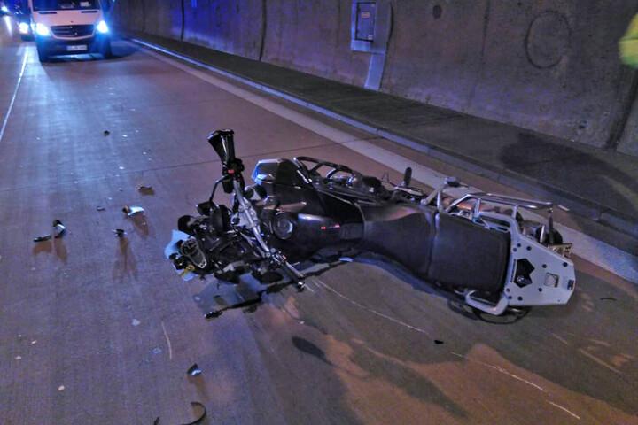Das Motorrad lag nach dem Zusammenstoß im Tunnel Coschütz.