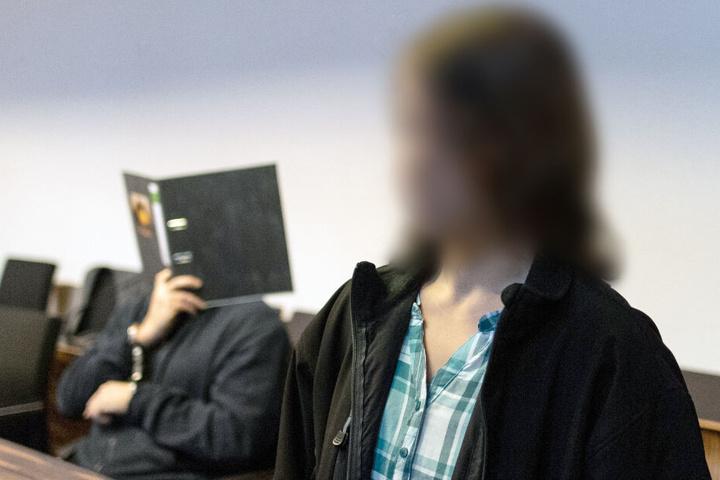 Die heute 19-jährige Maria (rechts im Bild) läuft am Angeklagten im Gerichtssaal vorbei. (Archivbild)