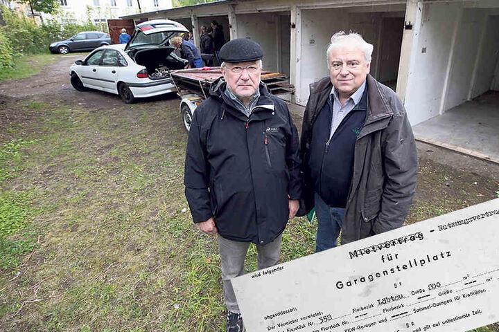 Ronald Birndt (66, r.) musste seine Garagengemeinschaft an der Anton-Weck-Straße aufgeben. Dietmar Leuthold (68) kämpft noch um den gefährdeten Standort an der Braunsdorfer Straße.