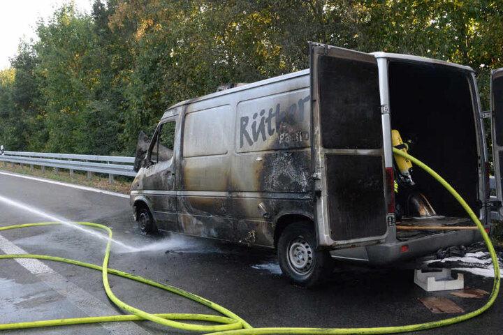 Die Einsatzkräfte ließen den Wagen kontrolliert abbrennen.
