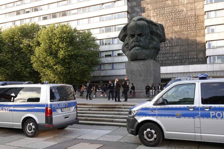 Etwa 90 Polizeibeamte waren bei der Razzia dabei.