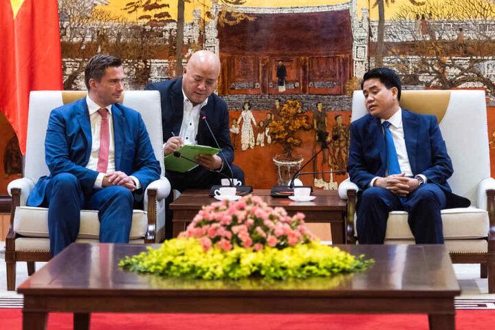 Martin Dulig (l.) im Gespräch mit Nguyen Doc Chong (r.), Vorsitzender des Volkskomitttees der Stadt Hanoi (auch Oberburgermeister) mit Rang eines Ministers.
