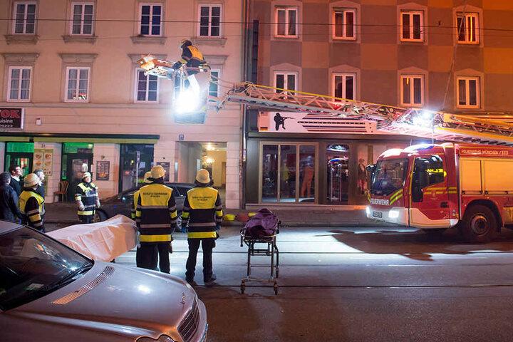 Zehn Menschen wurden verletzt. Vier von ihnen wurden mit einer Rauchvergiftung ins Krankenhaus gebracht.
