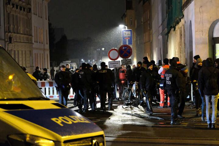 An der abgesperrten Hafenstraße versammelten sich mehrere Demonstranten und Schaulustige.