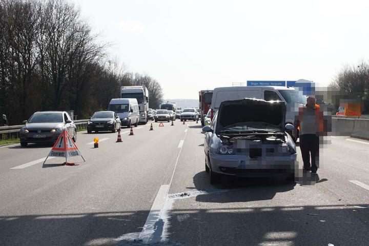 Fahrzeuge werden an der Unfallstelle vorbeigeleitet.