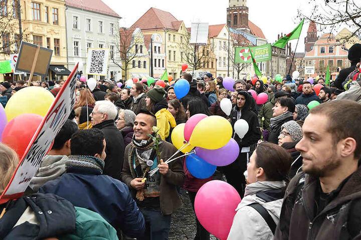 """Rund 600 Teilnehmer bei der Demo """"Leben ohne Hass"""" in Cottbus."""