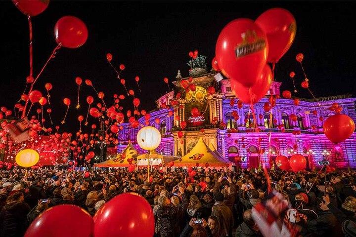 Wie in den Vorjahren auch werden Tausende rote Luftballon vom Theaterplatz aufsteigen.