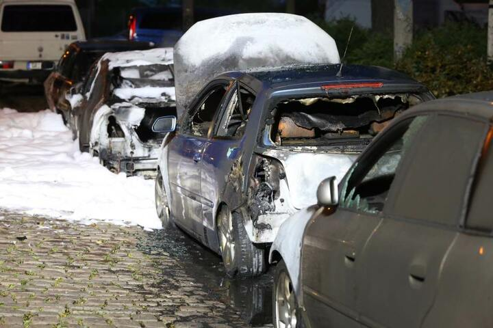 Die Autos brannten komplett aus und haben nur noch Schrottwert.