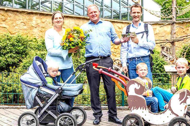 Zoo-Chef Karl Heinz Ukena (Mitte) begrüßte die Jubiläums-Besucher am Freitag dem Dreizehnten höchstpersönlich.