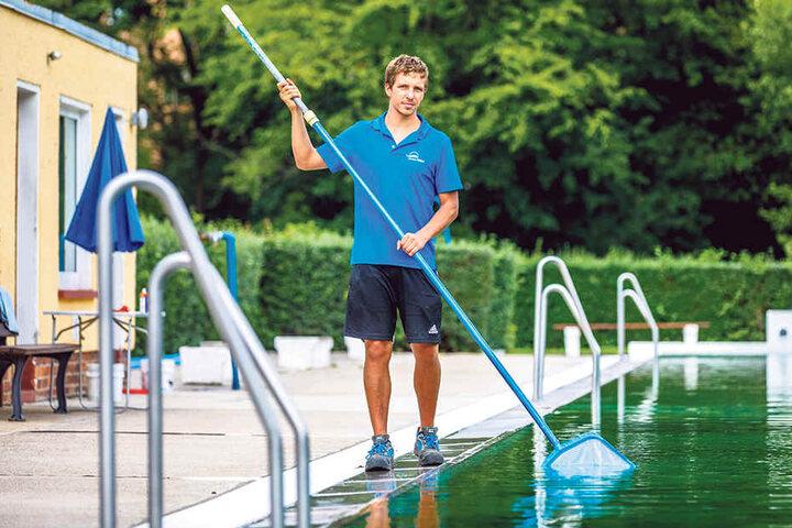 Schwimmmeister Marcus Diller (25) hatte am Samstag viel Zeit, sich um die Reinheit  des 18 Grad warmen Wassers im Schwimmbecken zu kümmern.