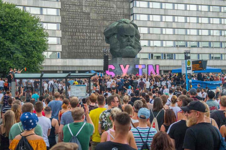 Da war die Brückenstraße dicht: Das Rap-Duo lockte mehrere tausend Menschen ins Zentrum.