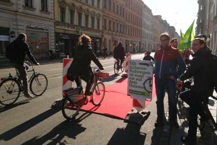 Initiativen setzen sich seit Monaten für die Schaffung einer Radspur in der Jahnallee ein. Hier zu sehen eine Aktion der Grünen im April.