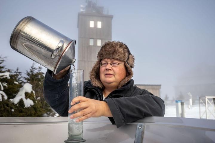 Die Wetterstation auf dem Fichtelberg wird nach 102 Jahren geschlossen. Meteorologin Claudia Hinz (46) misst zum letzten Mal die Niederschlagsmenge.