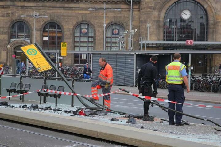 Insgesamt entstand ein Sachschaden von ca. 80.000 Euro am Wagen und der Haltestelle.