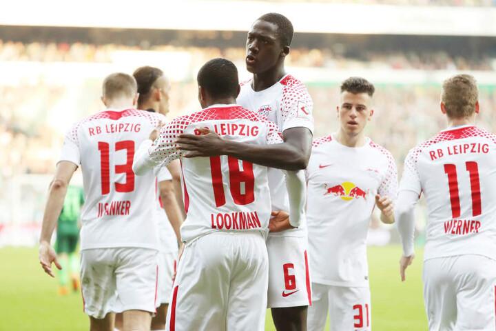 Der kurz zuvor eingewechselte Ademola Lookman konnte den 1:1-Ausgleich markieren. Seine Mannschaftskollegen freuten sich dementsprechend mit ihm.