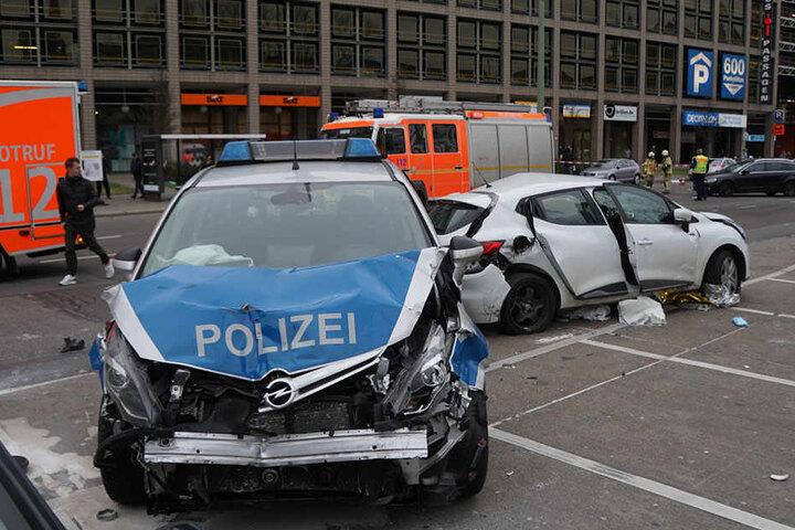 Der Polizeiwagen raste in die linke Seite des Renault Clio der jungen Frau (21).