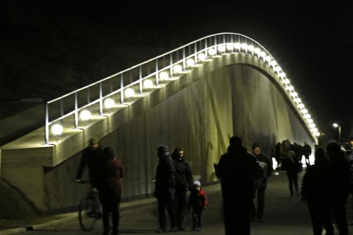 Der Schwibbogen in Ortmannsdorf: 35 LED-Lampen auf der Stützmauer.