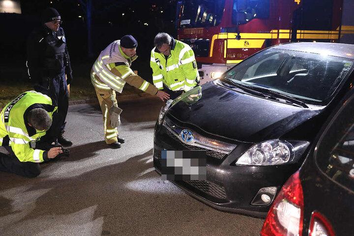 Unfallspezialisten der Dresdner Polizei prüfen den Toyota.