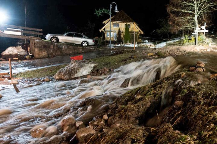 Geröllmassen liegen am in Menzenschwand im Schwarzwald auf der Strasse. Langanhaltende Regenfälle und Schneeschmelzen haben einen Sturzbach an einem Berghang verursacht.